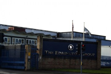"""Edrington Group distillery - geograph.org.uk - 362925"" von Stephen Sweeney. Lizenziert unter CC BY-SA 2.0 über Wikimedia Commons."