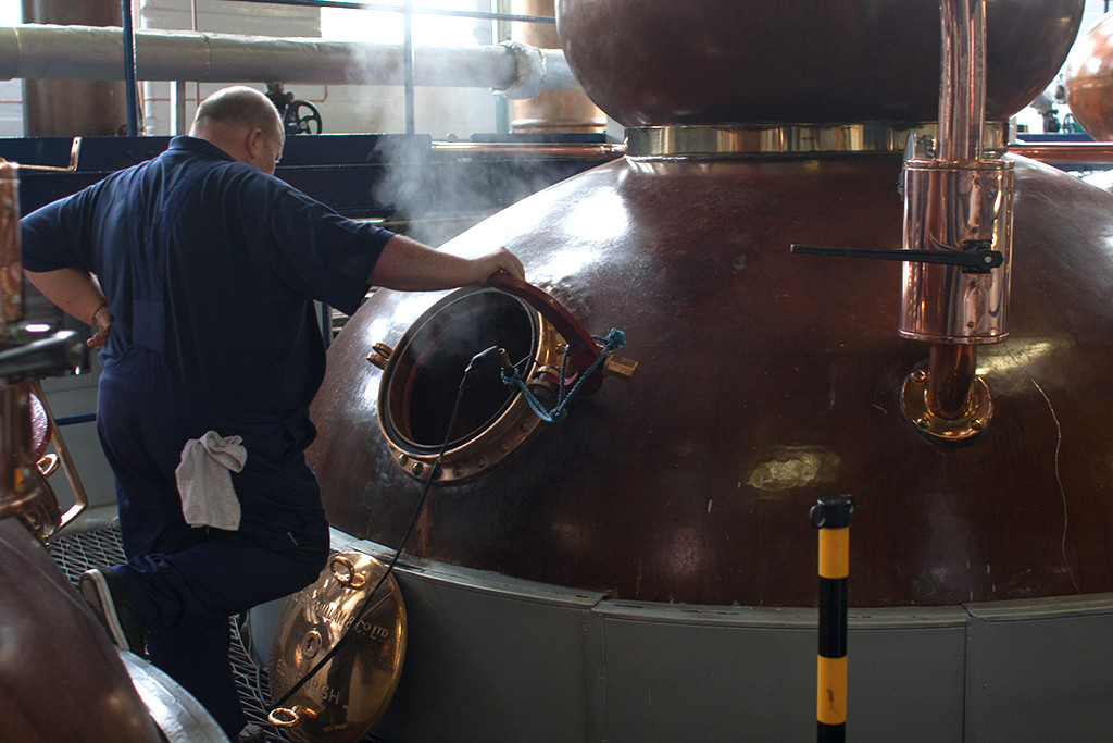 An den Stills der Destillerie Deanston. Copyright Michael Schmidt