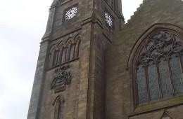 Der Uhrturm der Kirche in Peebles.