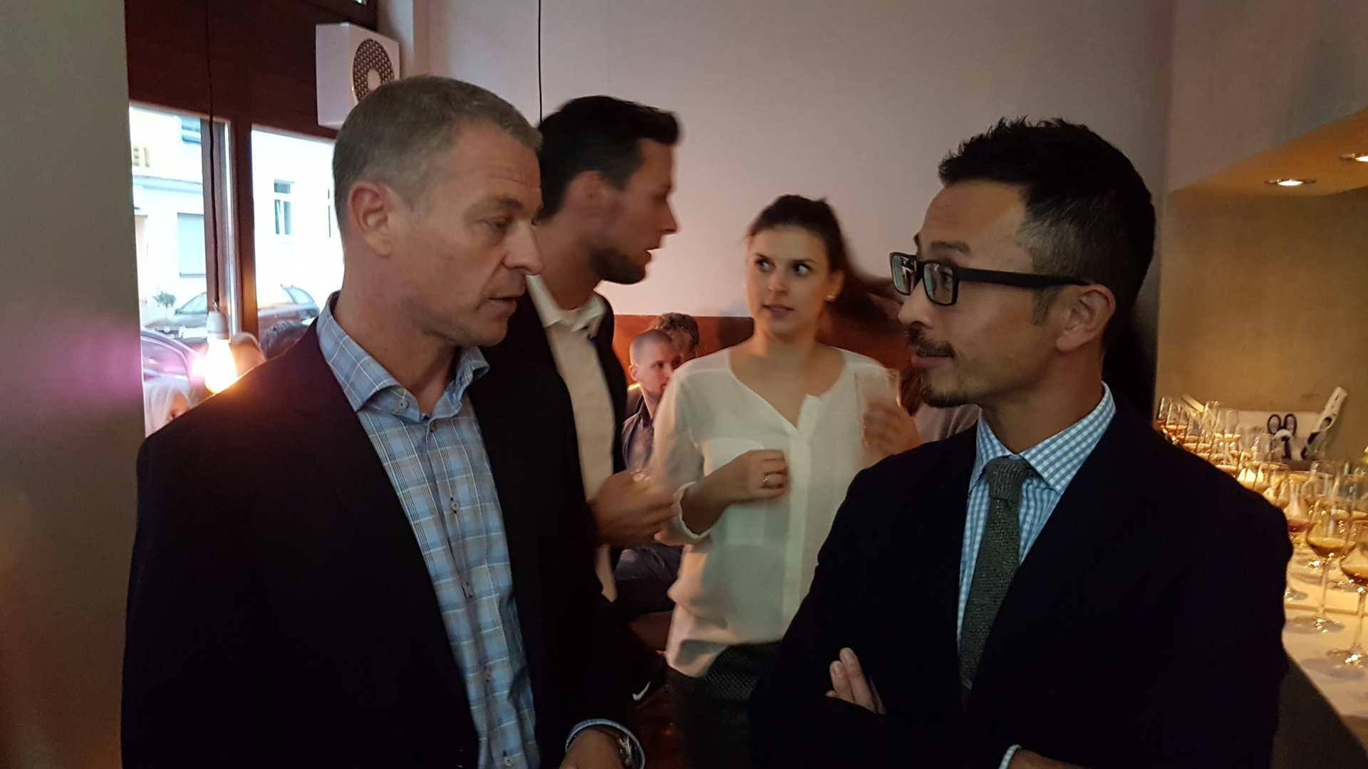 Jens Riosenberg (Beam Suntory) und Tatsuya Minagawa im Gespräch